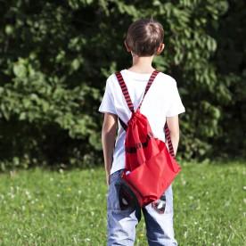červený batůžek s kapsami